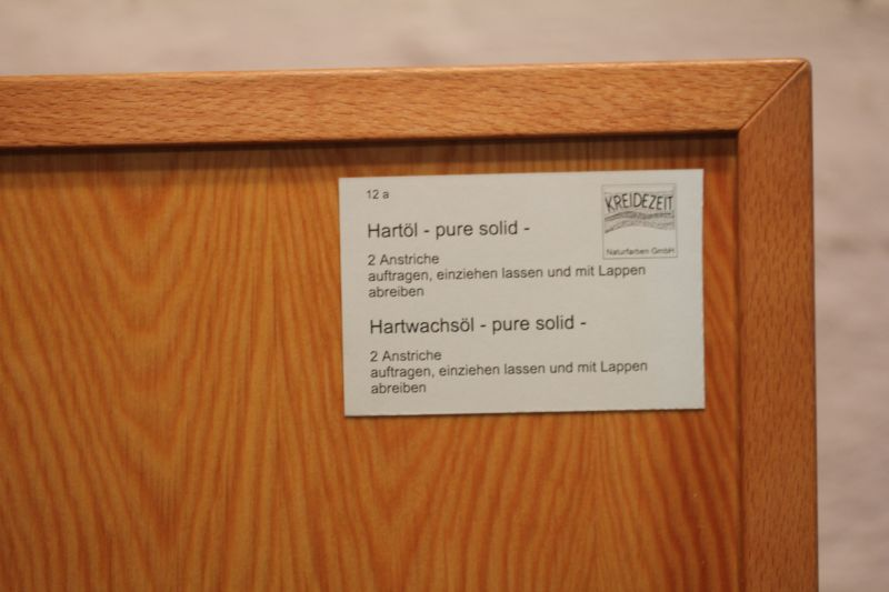Mit Hartöl kann Holz geölt werden. Anschließend kann es mit Carnaubawachs behandelt werden.